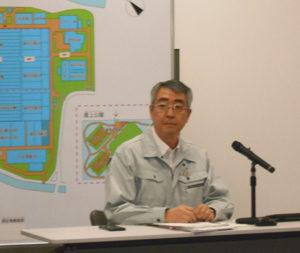 ディスプレイの横で発表をしている男の人の写真4