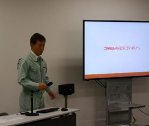 ディスプレイの横で発表をしている男の人の写真7